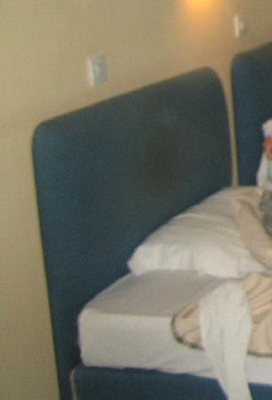 Soho Hotel: cabecero sucio de la cama