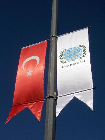 Dedeman Cappadocia Hotel: banderas del pais y la ciudad de Nevsehir