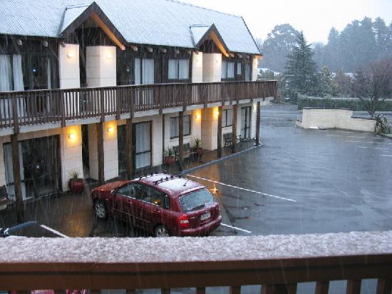 ASURE Hanmer Inn Motel: Hanmer Inn Motel and it's snowing!!