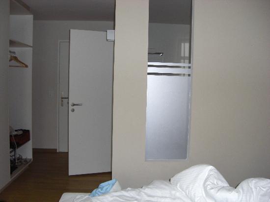 Nymphe Strandhotel & Apartments: Blick vom Bett zum Bad