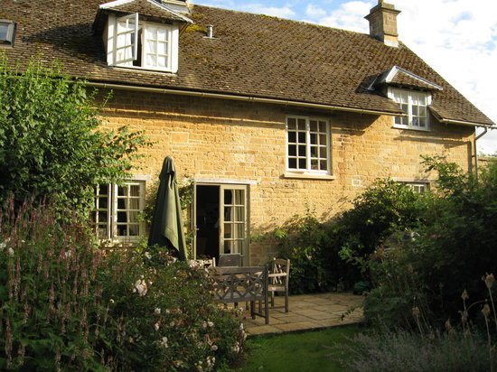 Bruern Cottages: Cottage with a terrace overlooking the grounds
