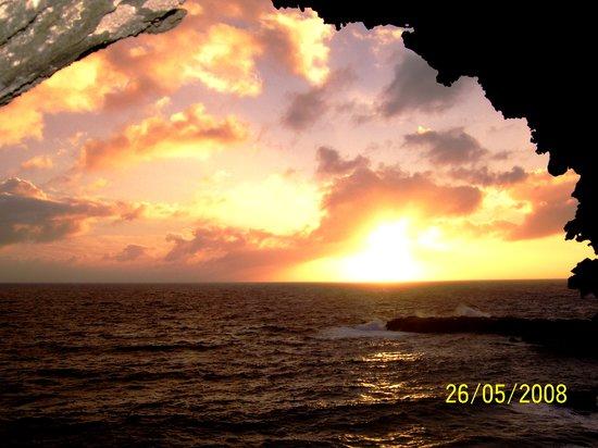 Easter Island, Chile: Atardecer en la Caverna de las dos ventanas