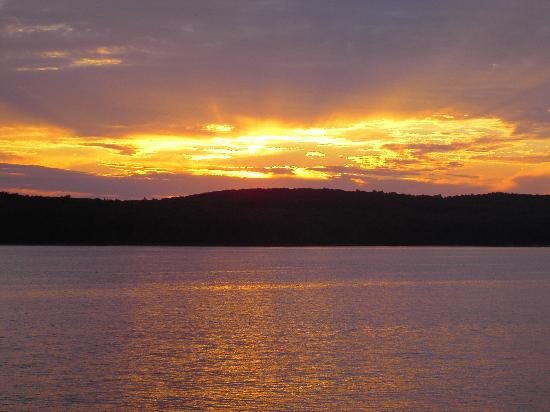 East Shore Lodging: Sunset on Lake