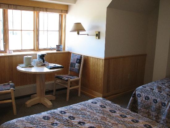 Dunraven Lodge : The breakfast nook was very handy.