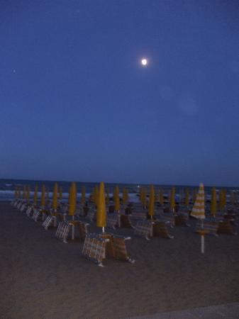 Hotel Victoria Frontemre: Hotel Victoria's beach and sunset