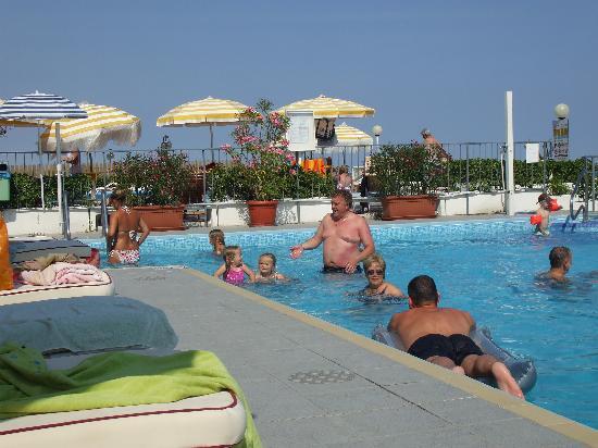 Hotel Victoria Frontemre: Poolside
