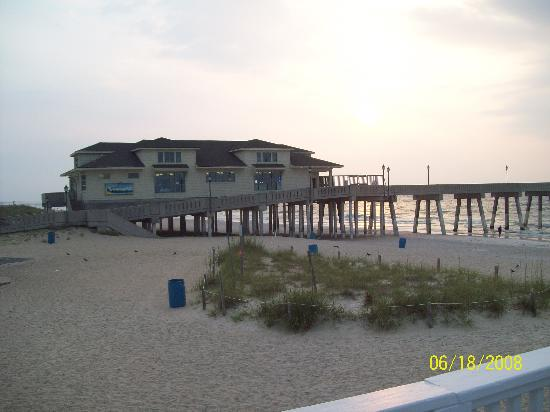 Silver Gull Motel: Johnny Mercer Pier at sunrise