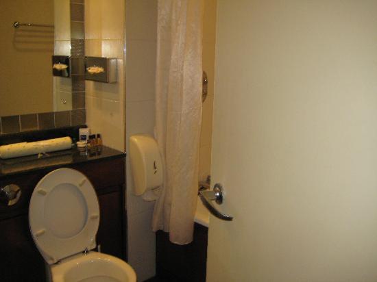 Armagh City Hotel: Bathroom