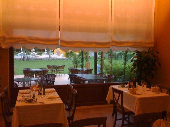 Dune Agriturismo Relais: il ristorante con vista sulla piscina