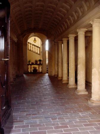Treia, Italia: l'interno di un portone