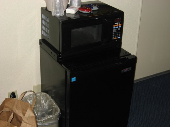 Red Roof PLUS+ Baltimore - Washington DC/BWI Airport: Microwave & Fridge