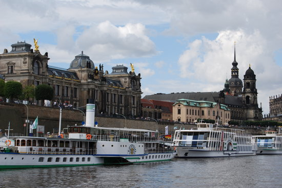Dresden, Deutschland: The boats and the city view from Elbe river