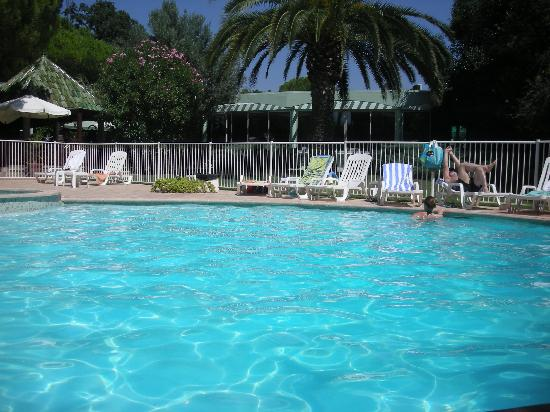 Campanile Cannes Ouest - Mandelieu : piscina dell'hotel