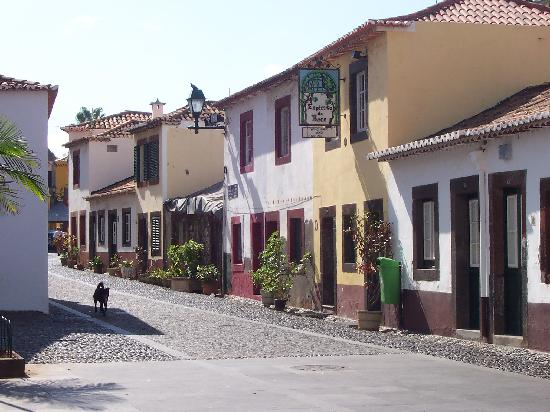 Hotel Albergaria Dias: Street to restaurants in the old town
