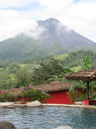 Hotel Mountain Paradise: Volcano view from the pool