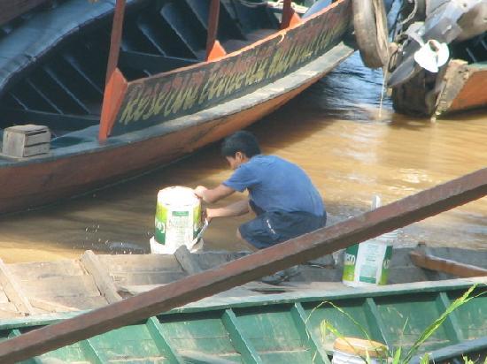 Tambopata-Candamo-Schutzgebiet, Peru: Waiter dumping trash into river