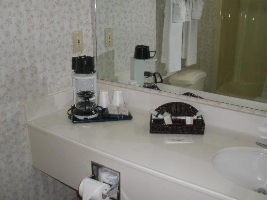 Country Inn & Suites By Carlson, Columbus West: Coffee maker, shampoos, and soap