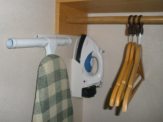 Country Inn & Suites By Carlson, Columbus West: Ironing Board and Iron