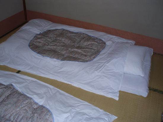 Hotel New Matsuo: Futon bed