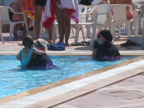Le Hammamet Hotel: Combnaison à l'iranienne dans le bassin enfants
