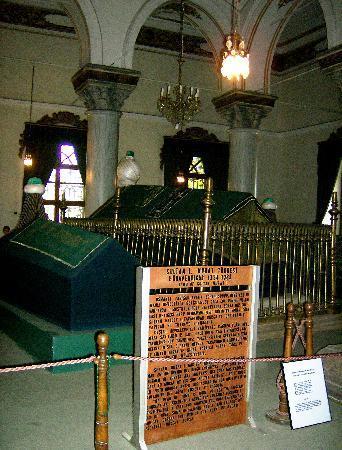 Demirci Hotel: Tomba di Murat I