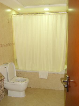 Grand Moov Hotel: Bathroom 1