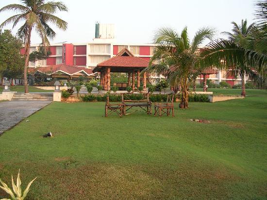 The Park Visakhapatnam: Vista del hotel desde el jardin