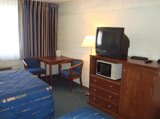 Best Western Plus University Inn: Room - TV and Sitting area