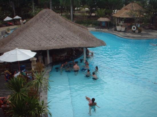 Holiday Inn Resort Baruna Bali : Piscine et bar