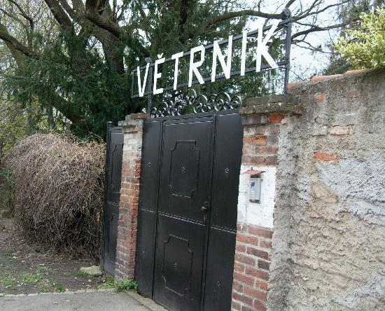 Pension Vetrnik: Front gate, entrance to the hotel