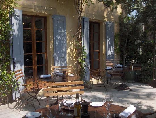 Cucuron, France: la terrase du restaurant