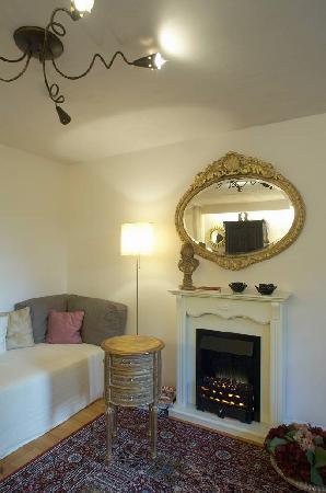 Doornroos bed & breakfast: living room