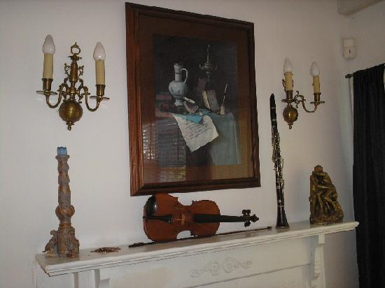 Oakland Cottage B&B: Bedroom decor, mantle