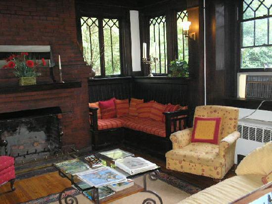 Oakland Cottage B&B: Lovely main living room