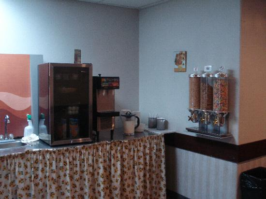 Days Inn Hinton: Dining Room - Cereal Dispenser