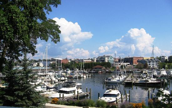 Carriage House at the Harbor: Directly overlooking the harbor and boats coming and leaving...