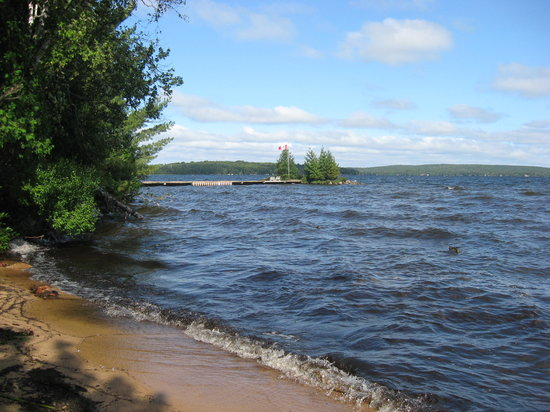 Sundridge, Канада: The Pier view from the beach