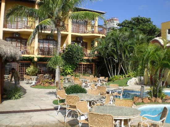 Manary Praia Hotel: giardino con piscina del manary