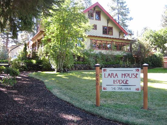 Lara House Bed and Breakfast: Outside the house