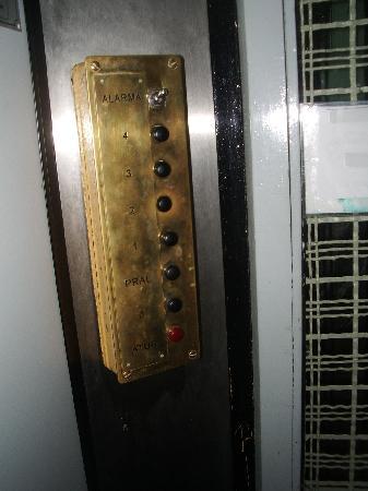 Agua Alegre: las teclas del ascensor, en el que solo podian entrar dos personas o una y el equipaje