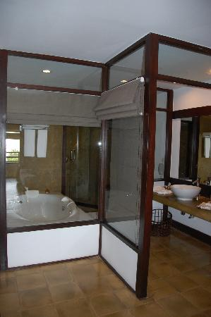 Jetwing Beach : The glass walled en suite