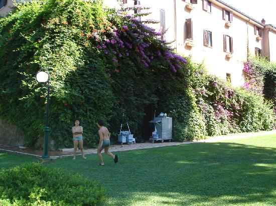 Ardea, إيطاليا: mis hijos en el exterior, muy cuidado