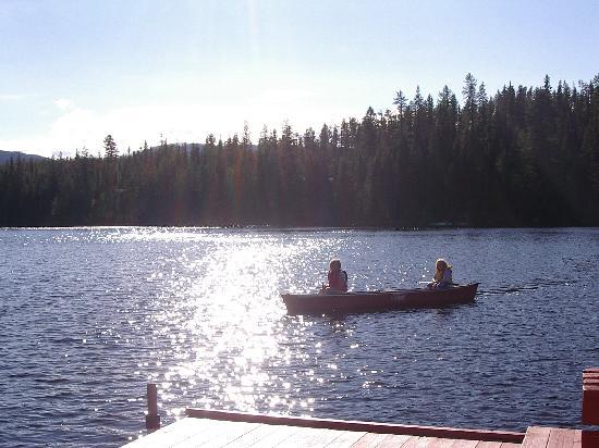 Idabel Lake Resort: the kids canoeing