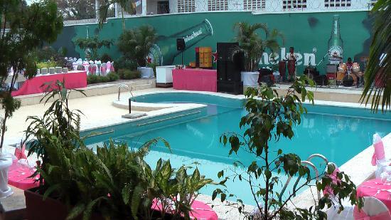 Hotel Venus: Mariage à la piscine de l'hôtel - Attention au bruit !!!