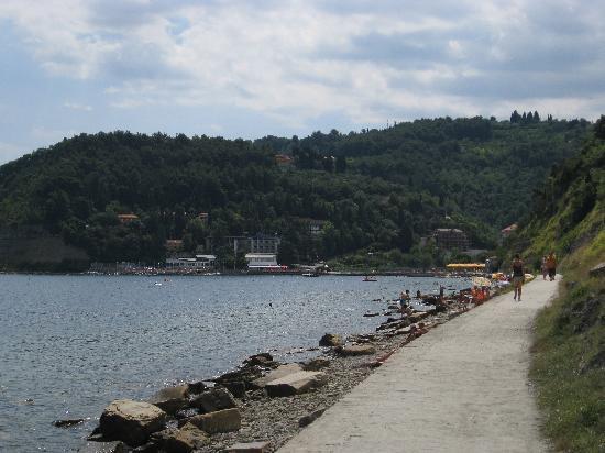 Barbara Piran Beach Hotel & Spa: Fiesa-Bucht mit Strandweg von Piran. Hotel Fiesa Barbara in der Bildmitte (weisse Gebäude)