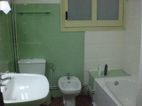 Residencia Universitaria Nikbor: baño de la habitacion doble.