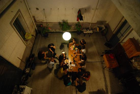El Sol Hostel Recoleta: Another picture of the upstairs patio at night
