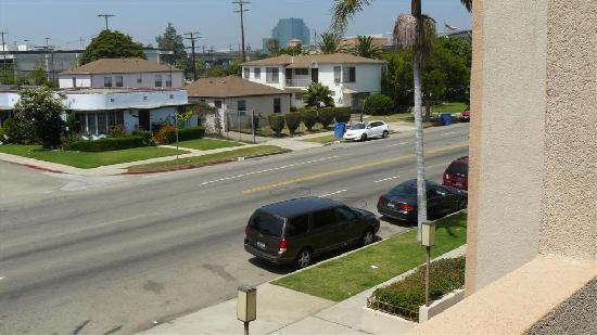 BEST WESTERN Royal Palace Inn & Suites: Picture from balcony shows street parking