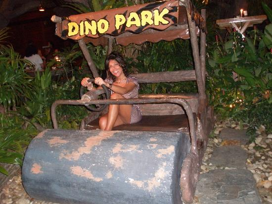 Dino Park Mini Golf: Roby nella Dino Mobile