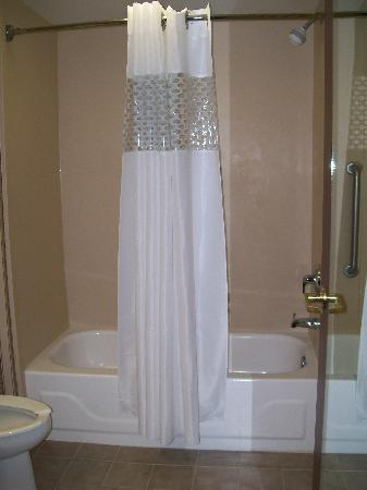 Hampton Inn Scottsburg: Bathroom